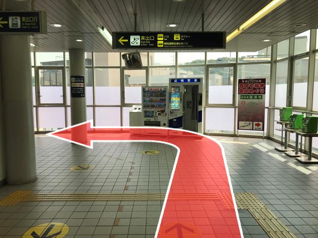 突き当りを左に曲がります。